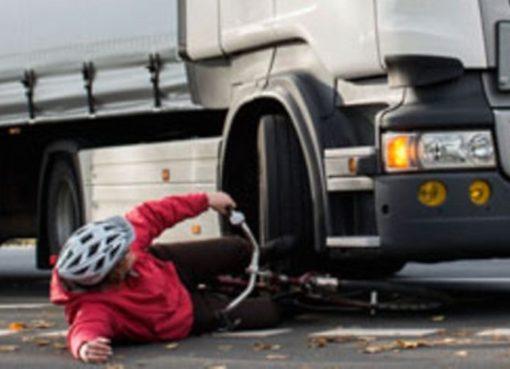 Abbiegeunfall: Lastkraftwagen fährt Radler um