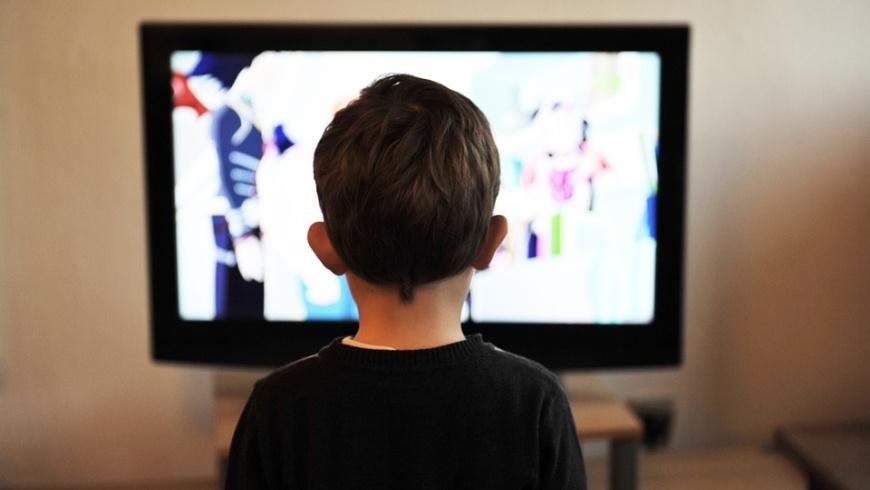 Kind vor TV-Gerät