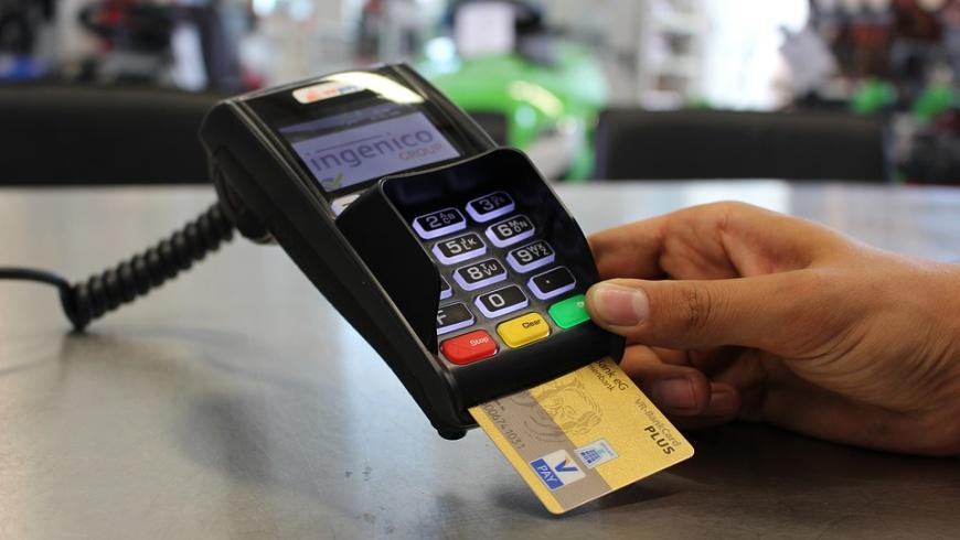Kartenzahlung schlägt erstmals Bargeld