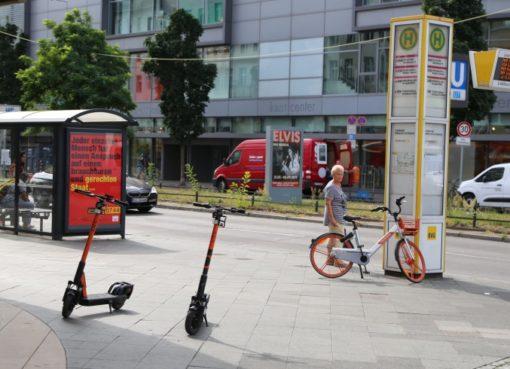 E-Scooter auf dem Bürgersteig