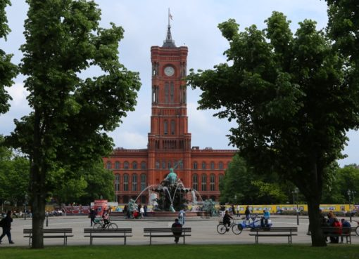 Rotes Rathaus in Berlin-Mitte mit Neptunbrunnen - Foto: m/s